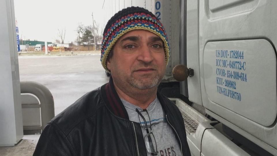 Gurjit Bhatti , à l'extérieur de son véhicule.