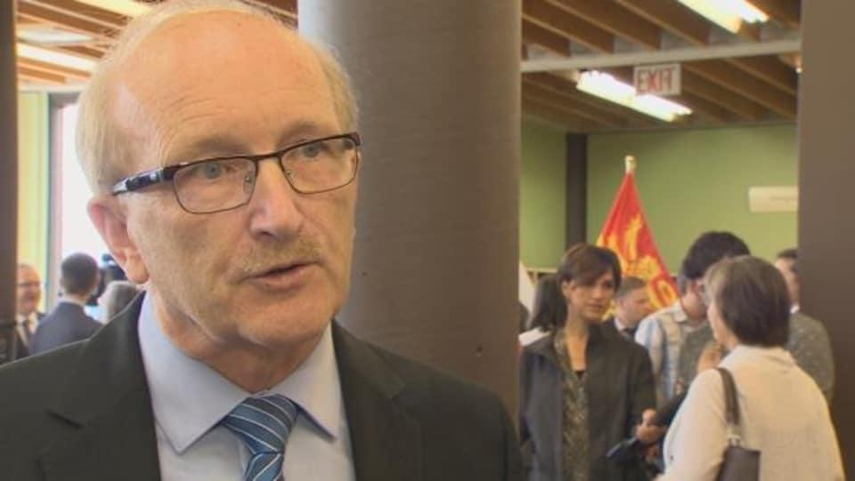 Le député Arseneault répond aux questions des journalistes.