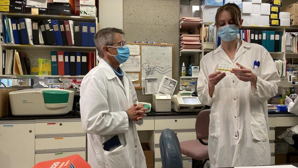 Le Dr Guy Boivin dirige une équipe de 15 chercheurs dans son laboratoire du CHUL de Québec. Il travaille entre autres à développer un vaccin contre le virus respiratoire syncytial.