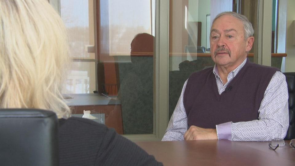 Guy Desjardins en entrevue dans son bureau.