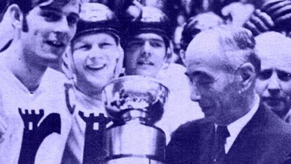 Des joueurs célèbrent leur victoire avec un trophée.