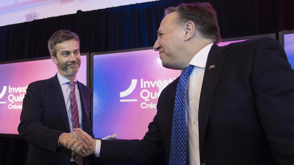 Guy Leblanc, PDG d'Investissement Québec, serre la main du premier ministre François Legault.