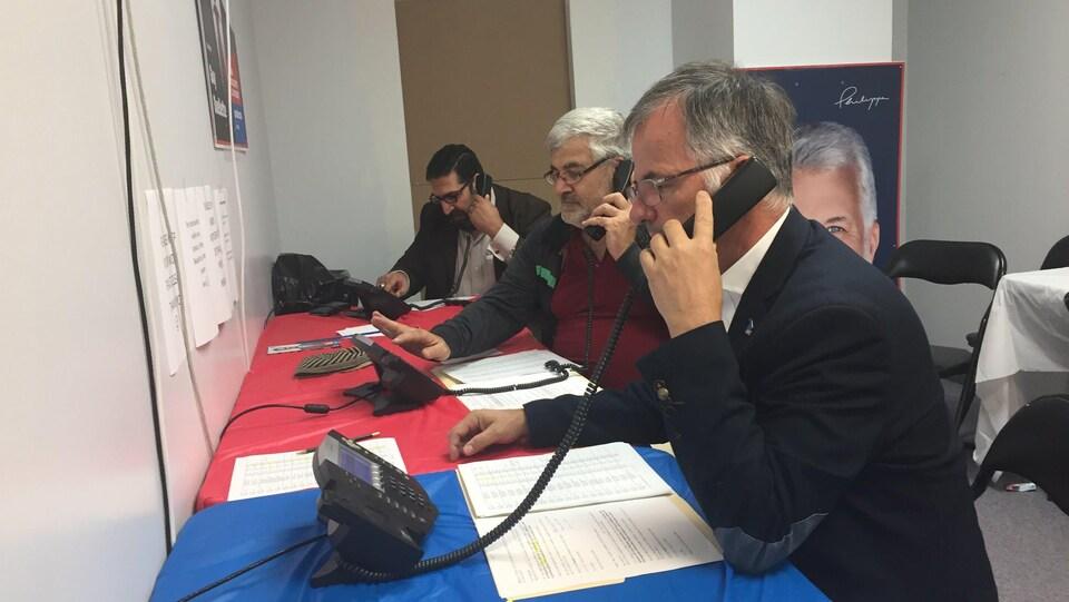 Le candidat est au téléphone.