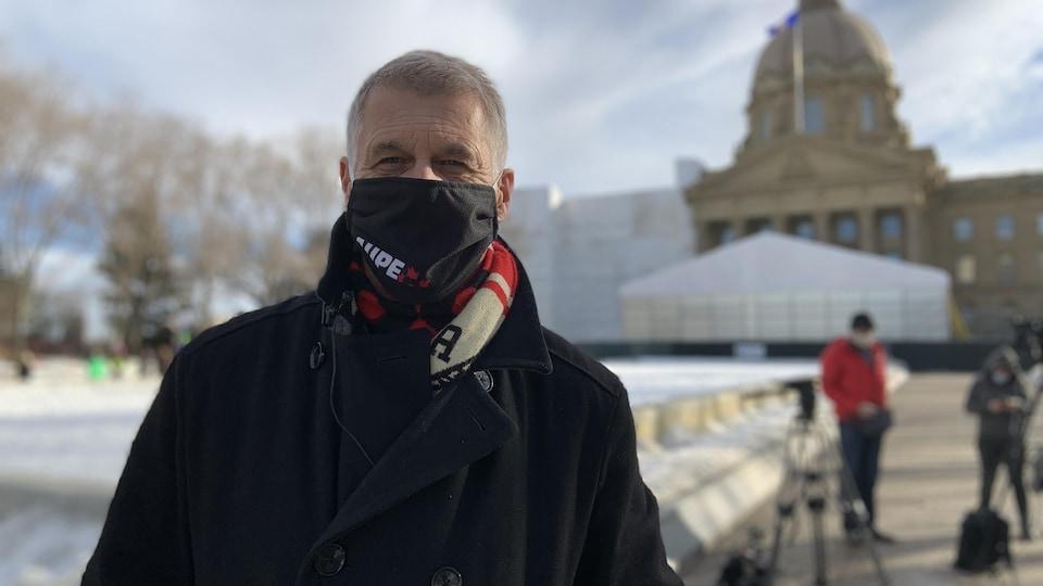 Guy Smith, devant l'assemblée législative albertaine.