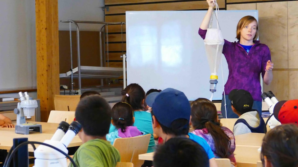 Gwyneth Anne MacMillan présentant ses résultats scientifiques