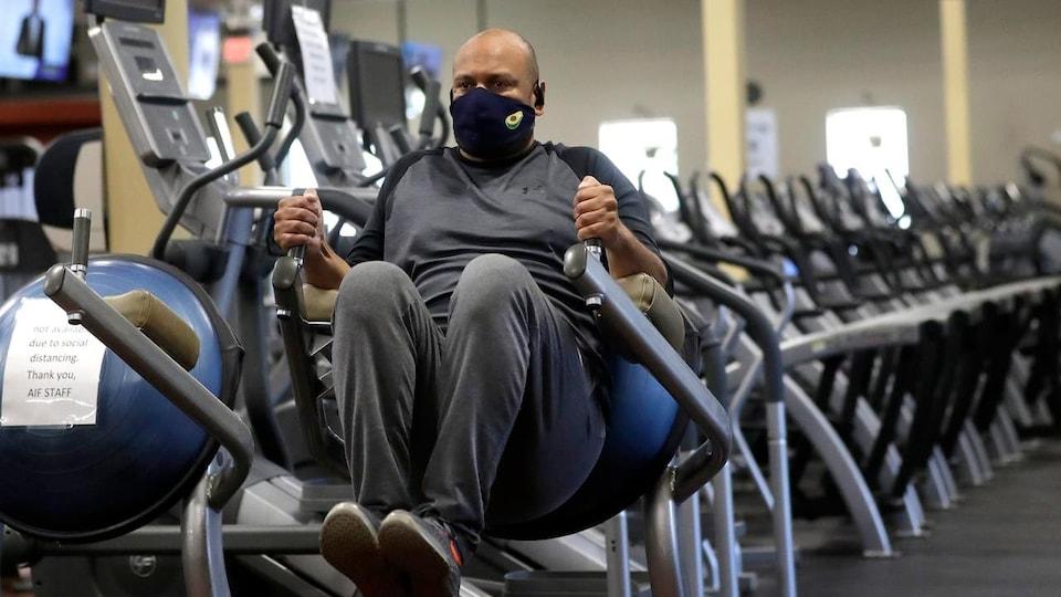 Un homme s'entraîne dans un gym.