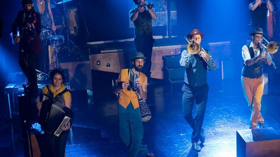 Un groupe de musiciens est sur scène,
