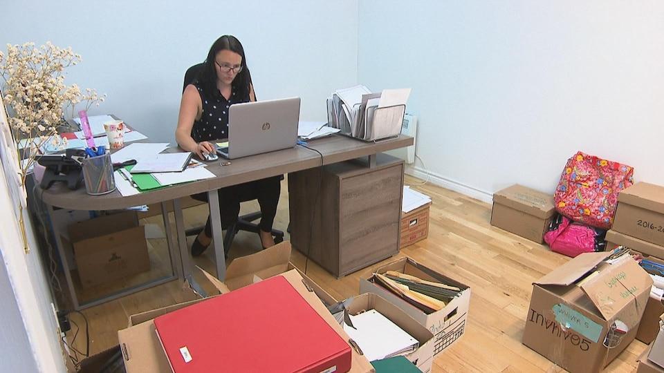 Dame à l'ordinateur dans les boîtes