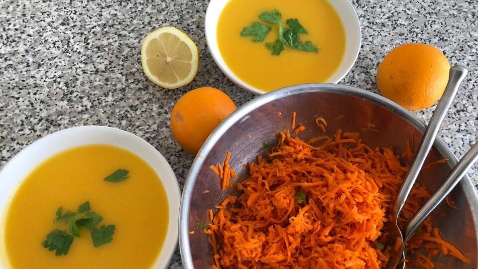 Deux bols de soupe et des carottes râpées.