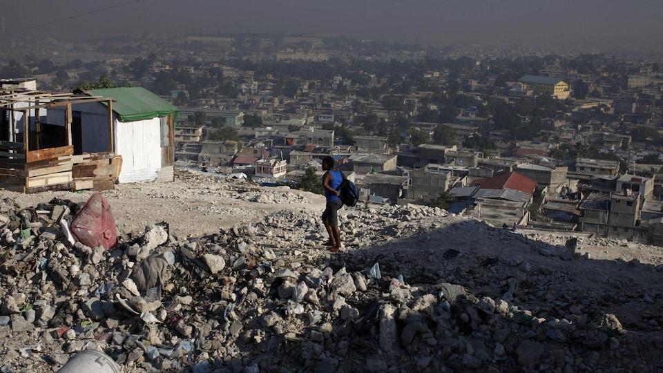Une femme marche sur une colline surplombant Port-au-Prince.