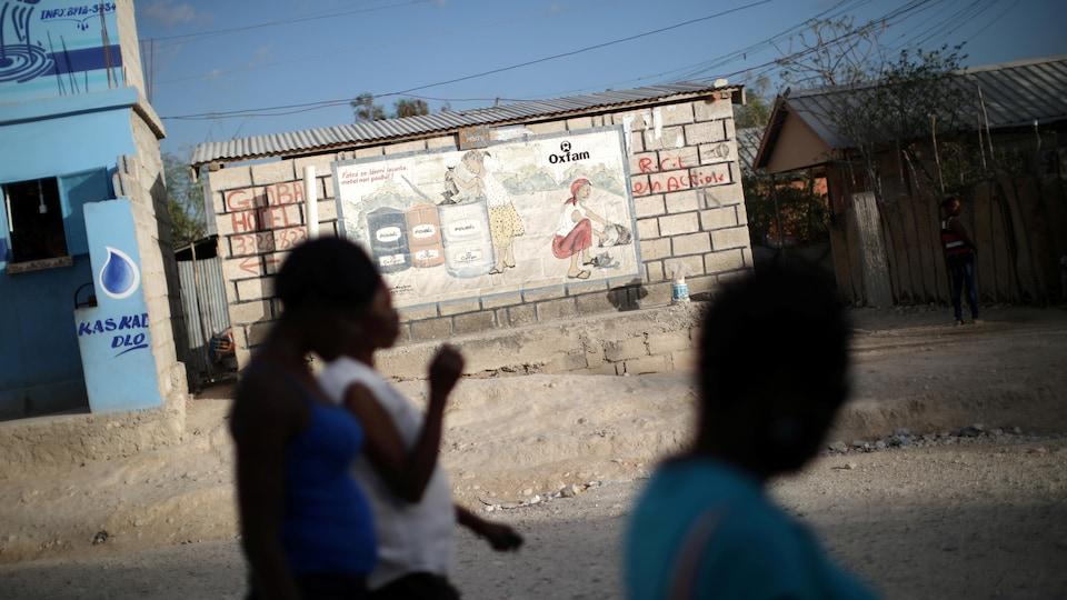 Des femmes circulent dans les rues de Port-au-Prince en Haïti.