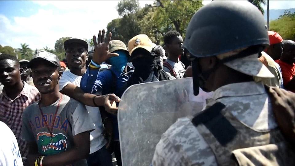 Des manifestants réclament la démission du président haïtien Jovenel Moïse.