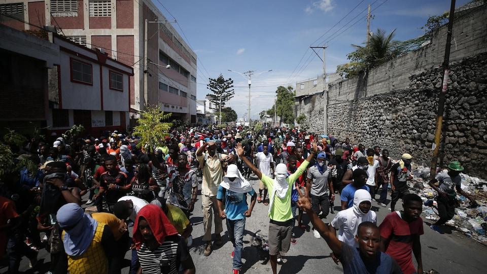Des manifestants dans une rue de Port-au-Prince en Haïti.