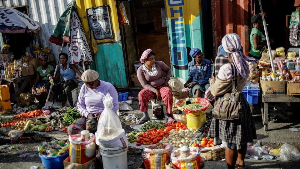 Des femmes dans un marché haïtien