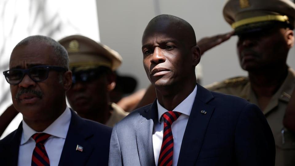 Le président d'Haïti Jovenel Moise (centre) et le premier ministre Jack Guy Lafontant (gauche) lors d'une cérémonie à Port-au-Prince en mars.