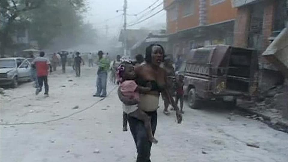Capture d'une vidéo montant une femme et son enfant, rescapés du séisme, dans une rue de Port-au-Prince.