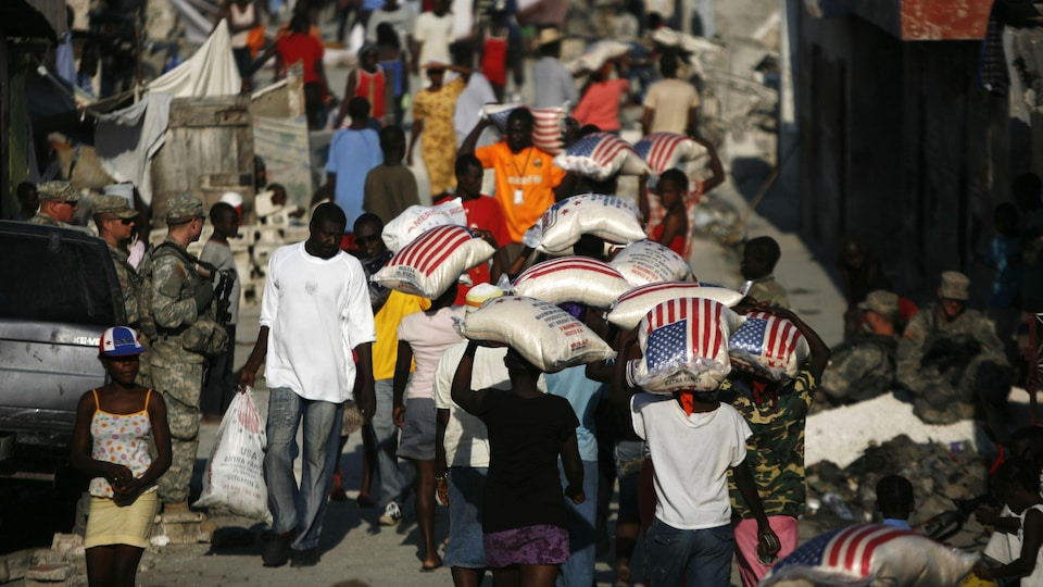 Des survivants du séisme de janvier 2010 en Haïti reçoivent de l'aide humanitaire américaine