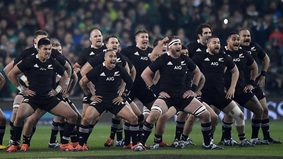 Des joueurs de rugby danse le haka.