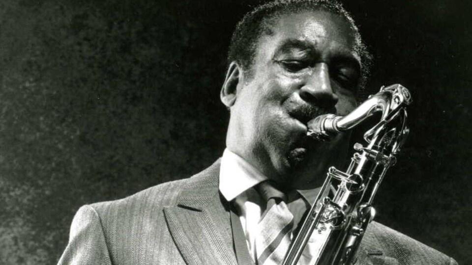 Photo en noir et blanc de Hal Singer, qui joue du saxophone.