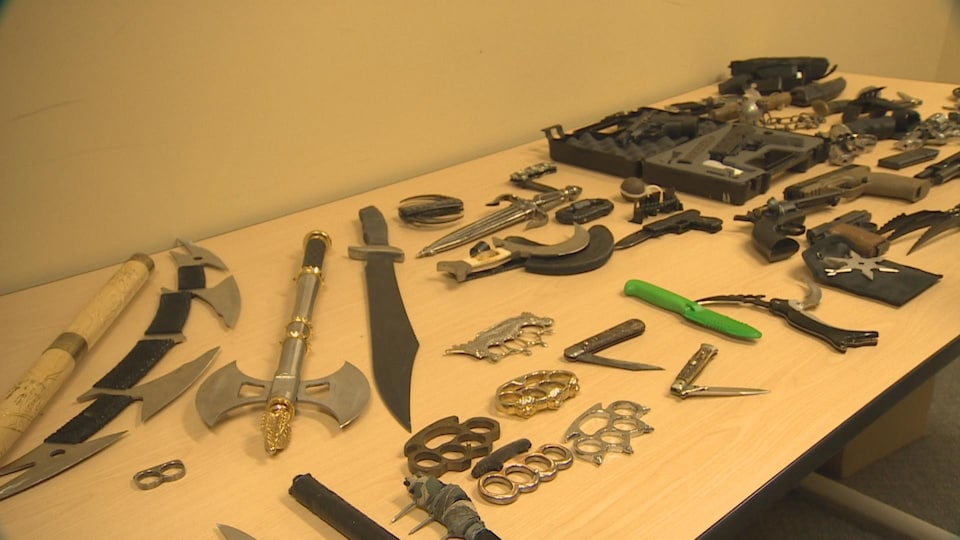 Des épées et des couteaux sur une table