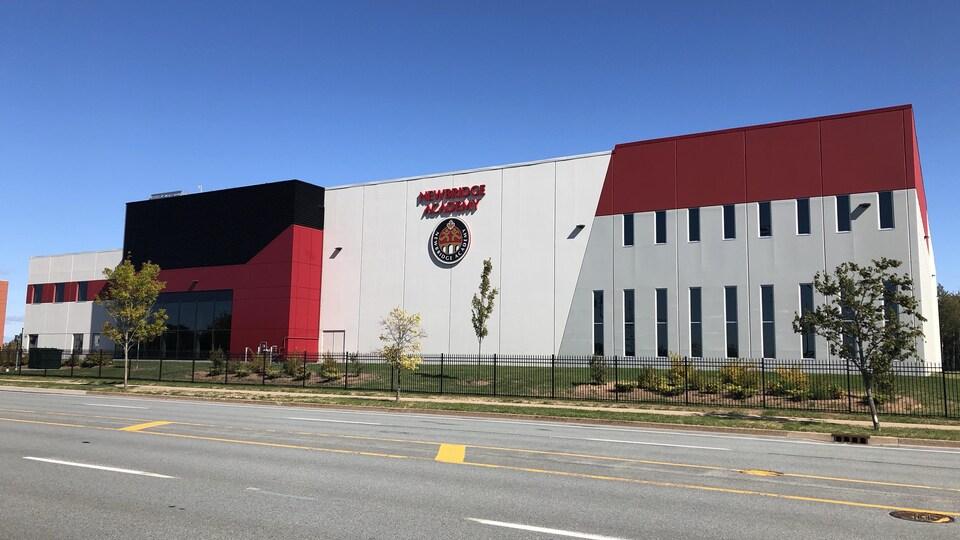 La façade d'un immeuble moderne.