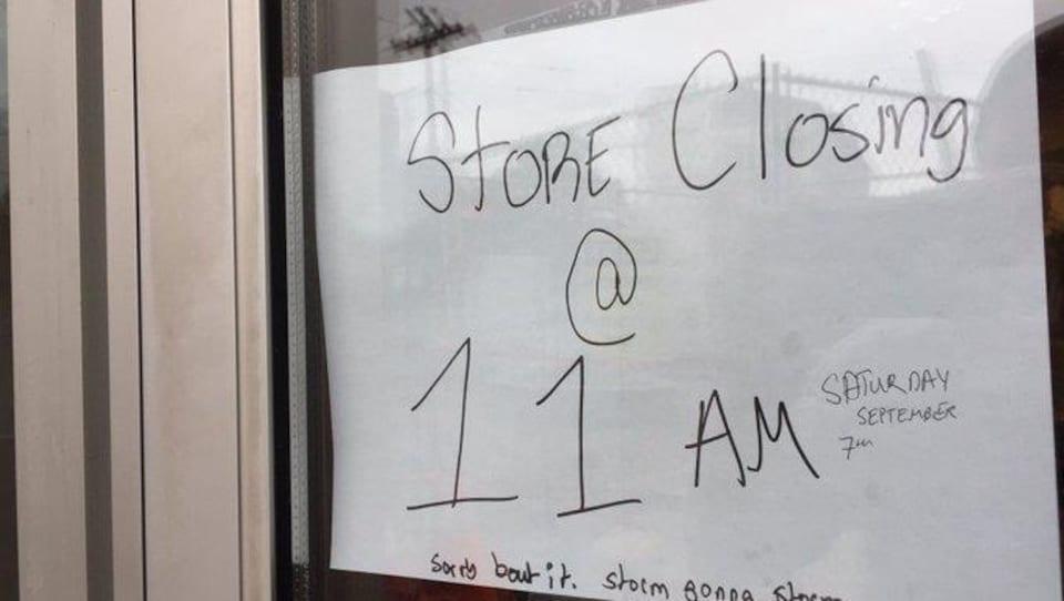 Une affiche dans la vitrine d'un café indique qu'il ferme à 11 h.