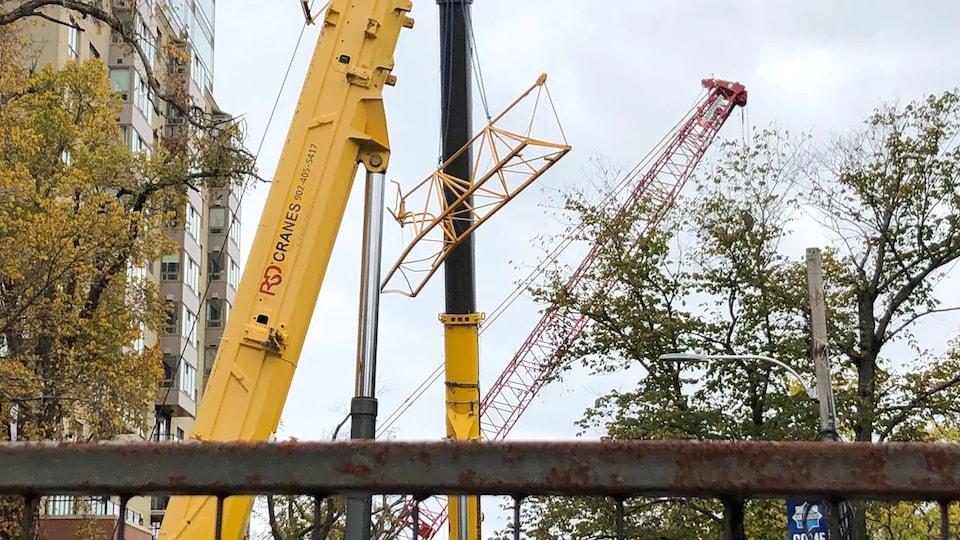 Une structure métallique suspendue à une grue d'enlèvement.