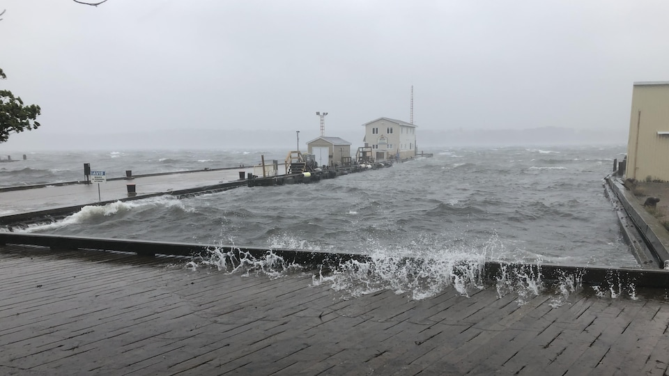 Des vagues montent sur un quai.