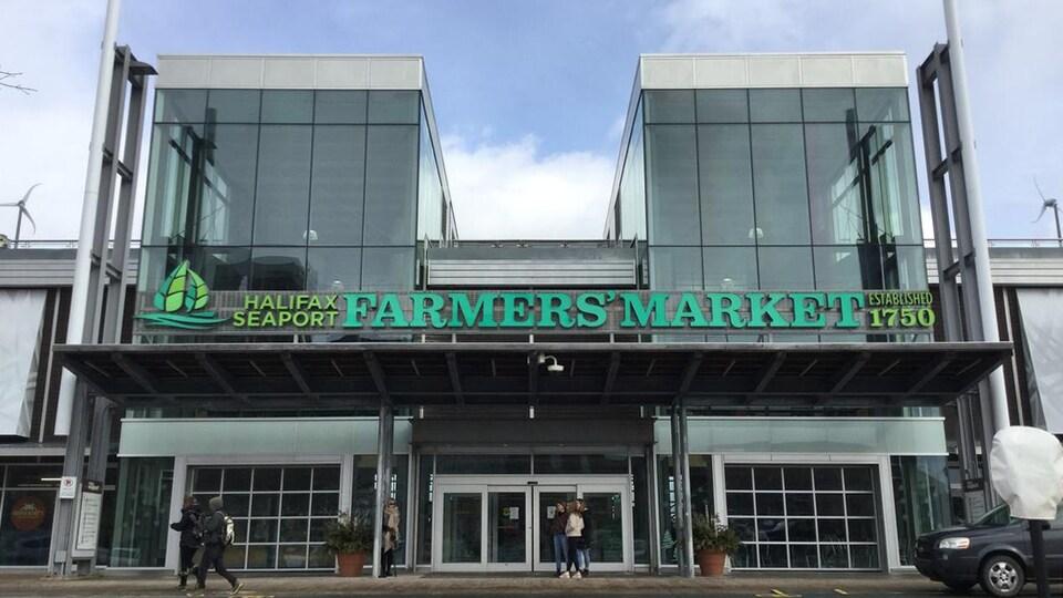 L'entrée principal de l'édifice dans lequel se trouve le marché.