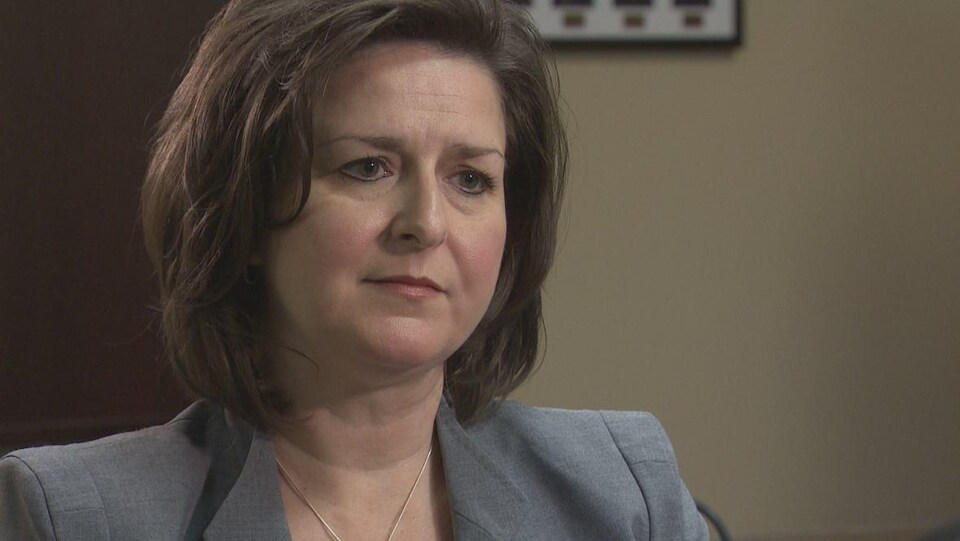 Jodi Hall en entrevue dans son bureau