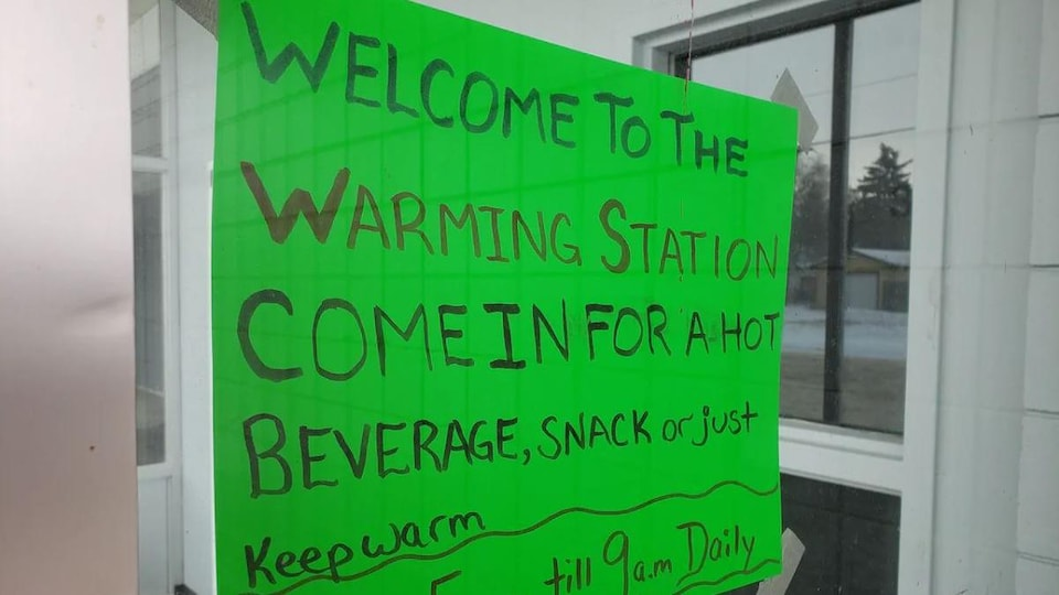 Une affiche annonçant les services offerts à la halte-chaleur « Awasiw: A Place of Hope » de Regina, en Saskatchewan.