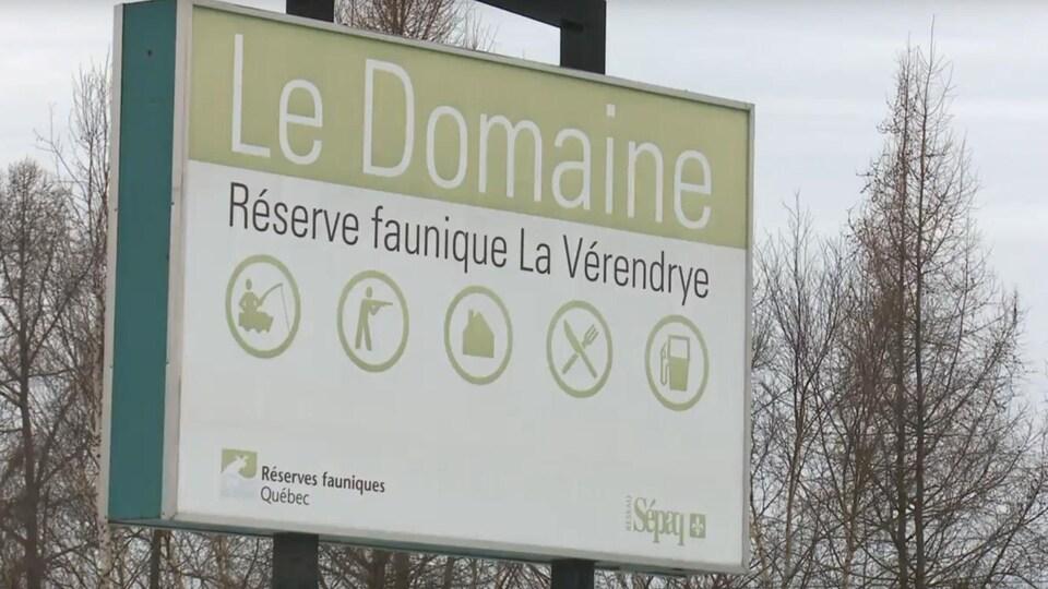 Affiche de l'halte routière Le Domaine en bordure de la route 117.