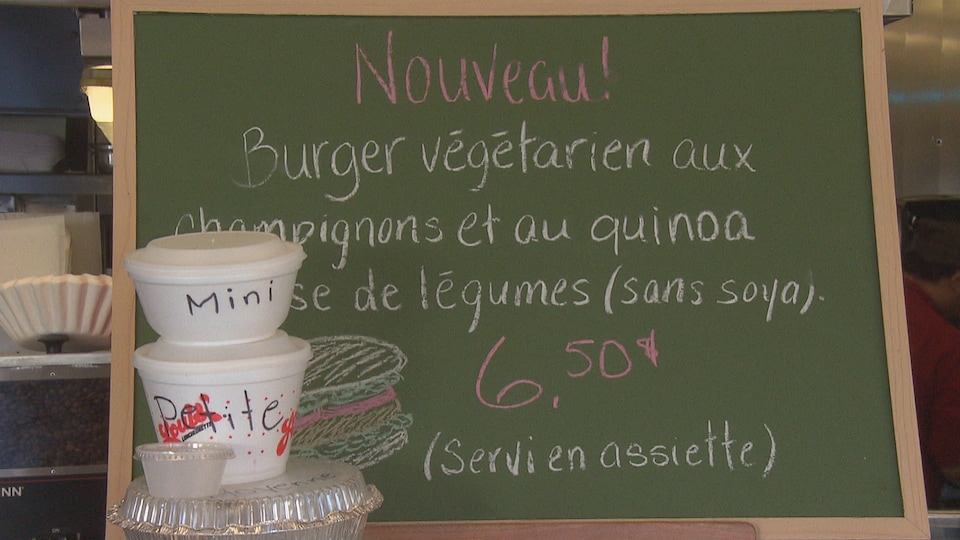 Affiche où est inscrit qu'on y vend des hamburgers végétariens faits de champignons et de quinoa.