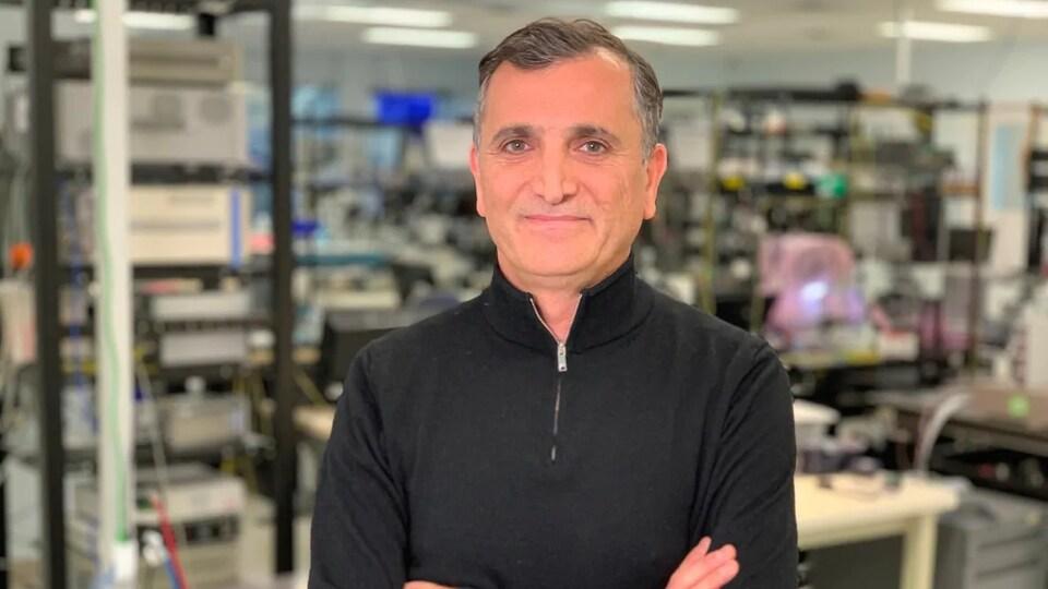 Hamid Arabzadeh dans un laboratoire de recherche.
