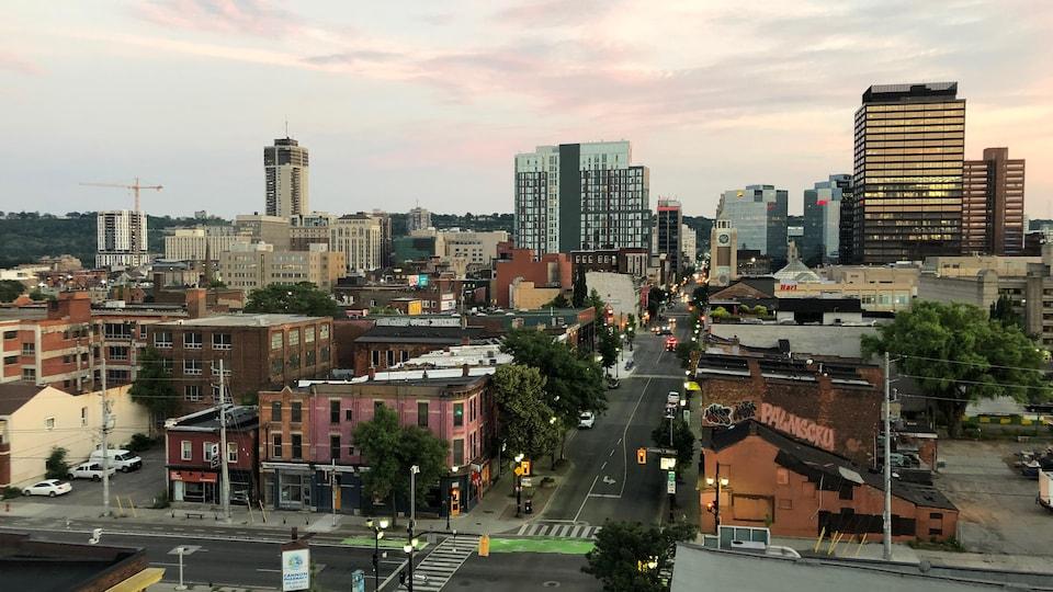 Vu aérienne du centre-ville de Hamilton. On voit des immeubles au loin.