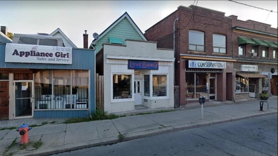 Des boutiques sur une rue de Hamilton.