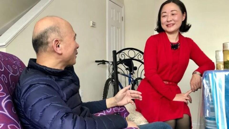 Un homme et une femme sont assis et discutent.