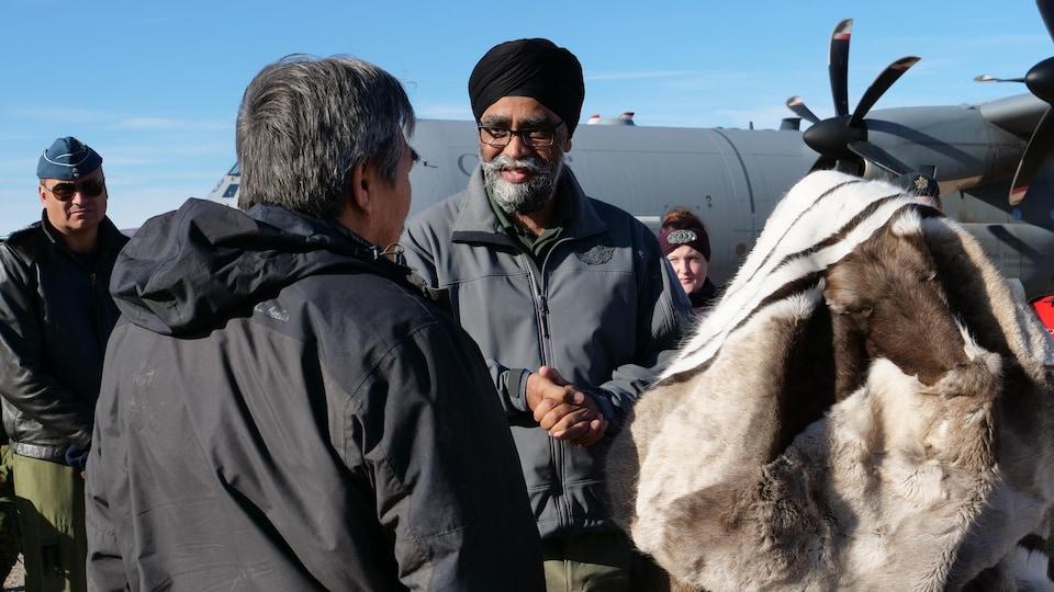 Le ministre devant deux Inuits d'Arctic Bay.