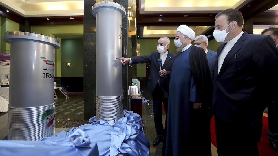 Des hommes debout lors d'une exposition des travaux menés par l'Iran en matière de nucléaire.