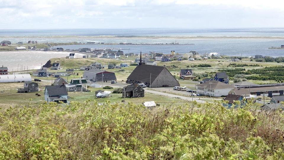 Vue sur le village de Havre-Aubert à partir de la butte des Demoiselles avec l'église au centre de la photo