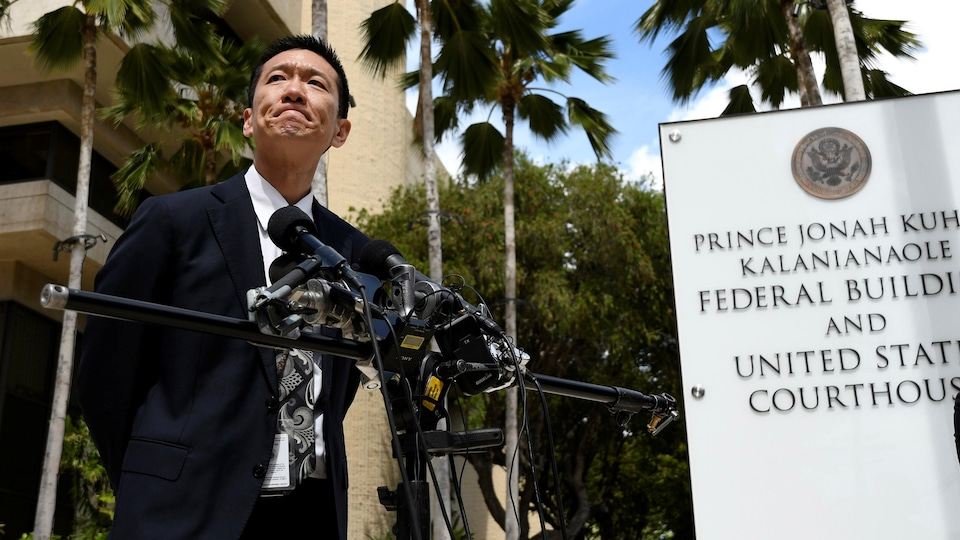 Le procureur général d'Hawaï, Douglas Chin, répond aux questions des médias le 15 mars 2017 à Honolulu.