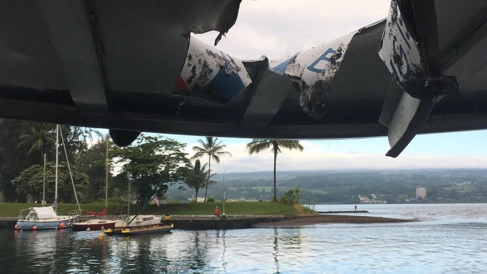 La lave a brûlé une partie du toit de ce bateau de touristes près du volcan Kilauea, faisant 23 blessés.
