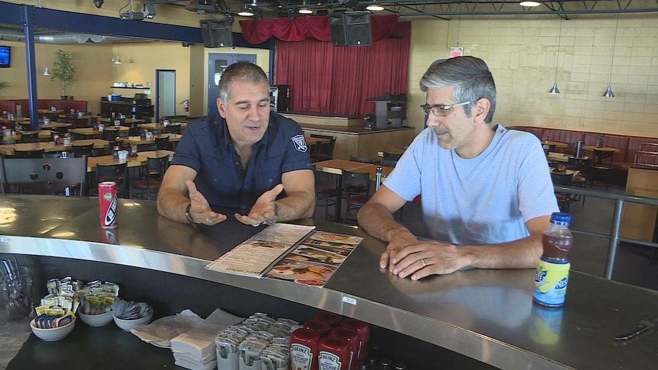 Deux hommes dans un resto-bar