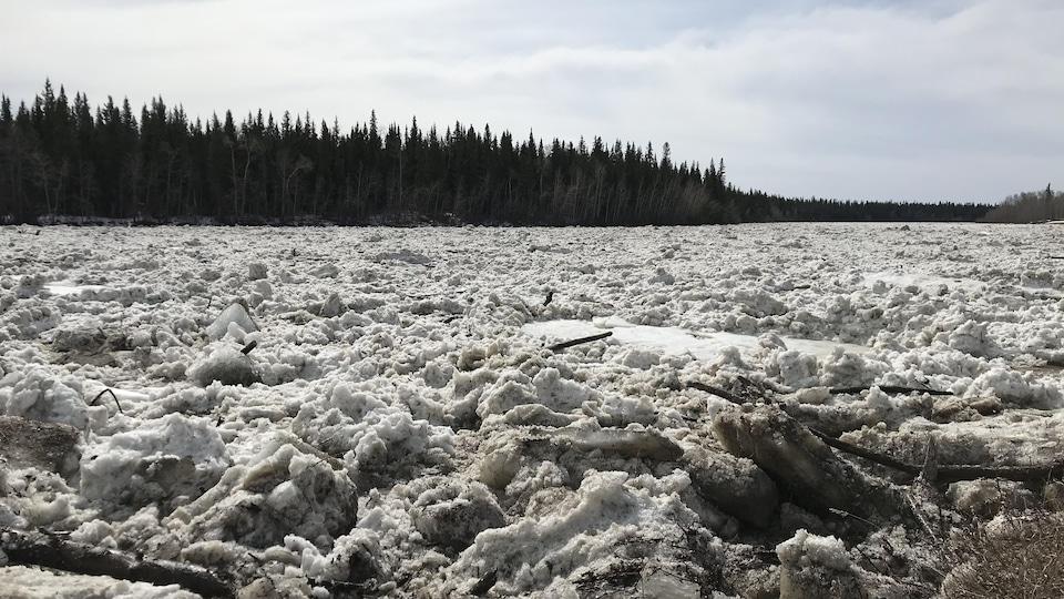 La glace se rompt sur la rivière.