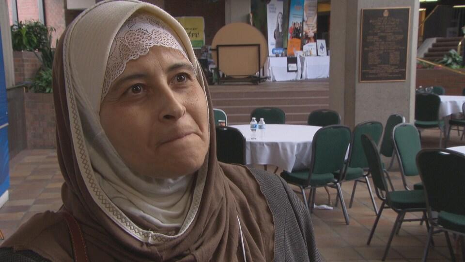 Une femme portant un voile dans en entrevue dans l'agora de la Maison du citoyen de Gatineau.