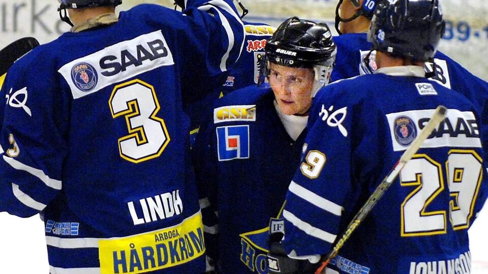 Hayley Wickenheiser célèbre un but lors de son premier match avec une équipe masculine suédoise en 2007.
