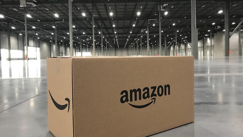 Une boîte portant le logo d'Amazon posée sur le sol d'un entrepôt vide