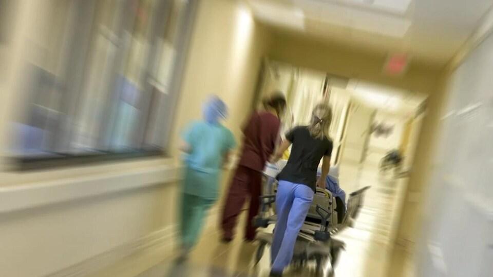 Des employées dans un couloir d'hôpital