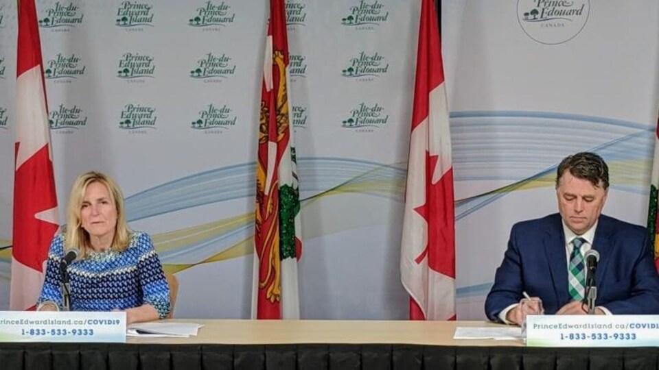 La médecin hygiéniste en chef et le premier ministre de l'Île-du-Prince-Édouard en conférence de presse.