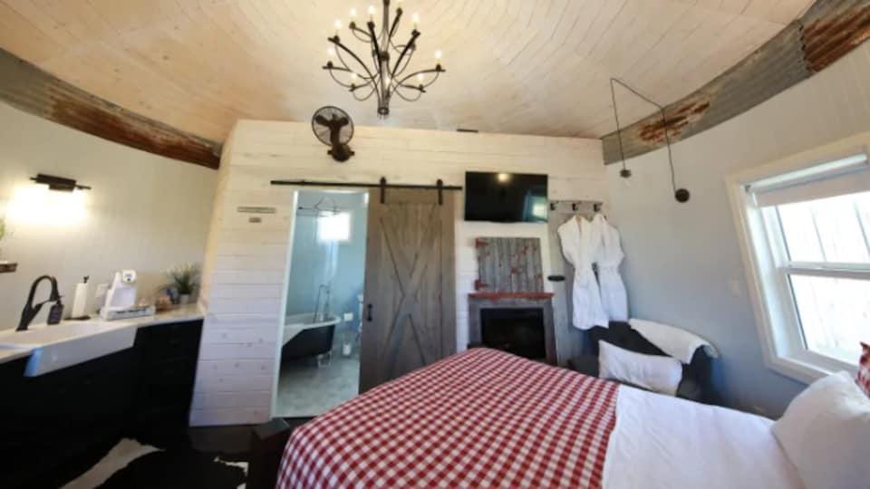 L'intérieur d'un silo à grains où a été aménagée une chambre à coucher.